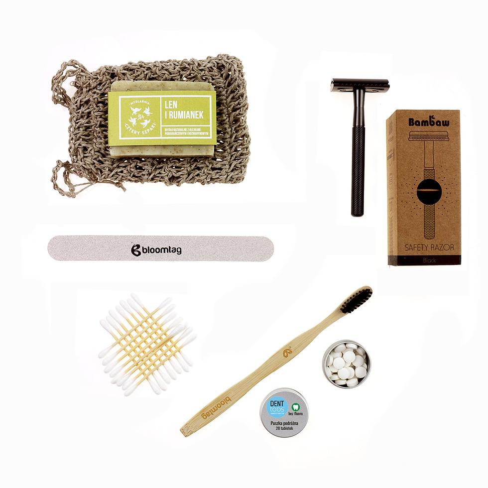 Zestaw kosmetyczny w duchu less waste. Składa się na niego lniana kosmetyczka, woreczek na mydło, ekologiczne mydło w kostce, drewniany pilnik, patyczki higieczne z bambusa, szczoteczka do zębów, denttabsy i maszynka do golenia bambaw.